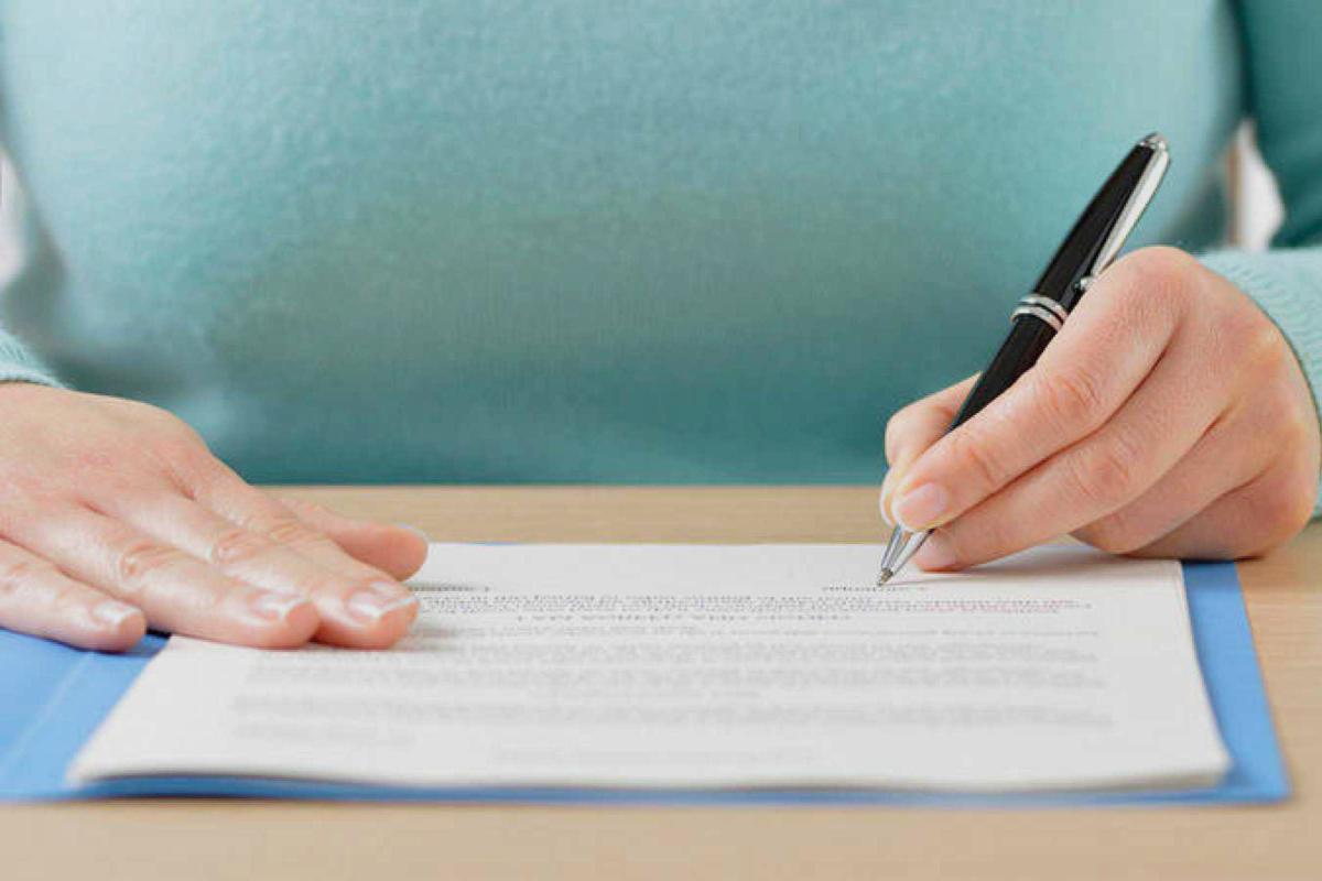 Rellenando un certificado de seguros de vida